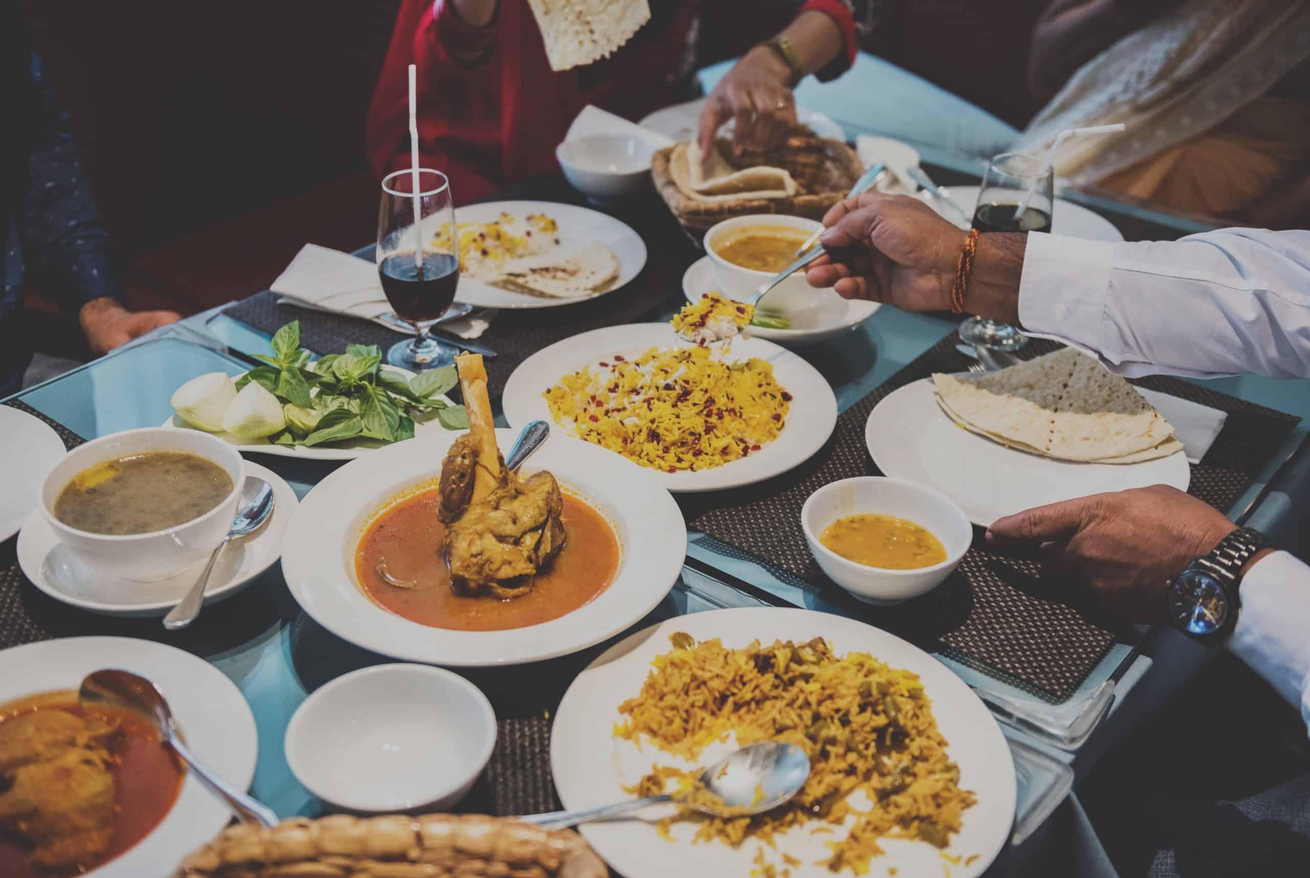 plats à manger sur une table